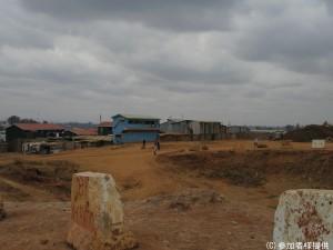(キベラ)ここにも住居があったが、突然国によって強制撤去された - コピー